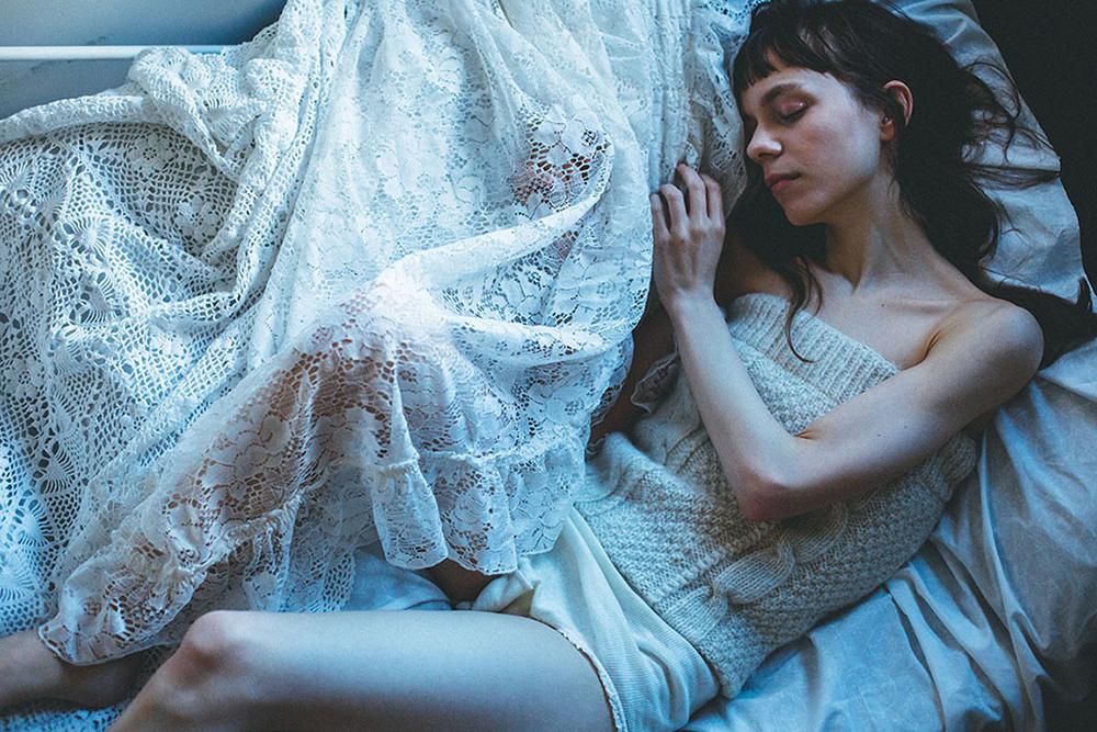 女性とベッド